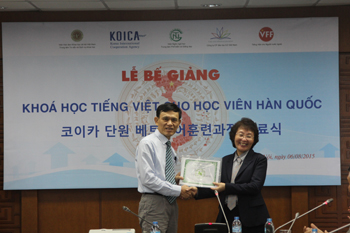 Dr. Mai Xuân Huy awarding the certification for learners