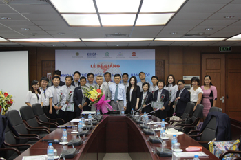 Dr. Mai Xuân Huy and Mrs. Kim Gyung Ah taking photos with lecturers and students