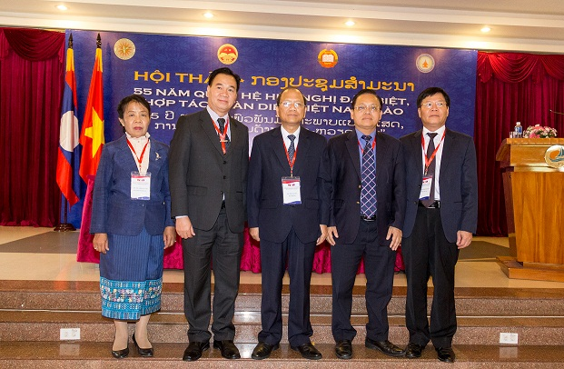 The leaders of the delegations took souvenir phphotos with the Secretary of of Binh Thuan Provincial Paparty Committee