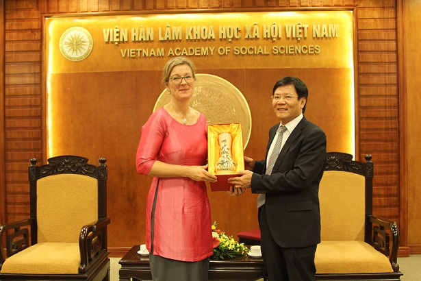 Prof.Dr Nguyen Quang Thuan gave souvenir to<br>Ms. Louise Chamberlain