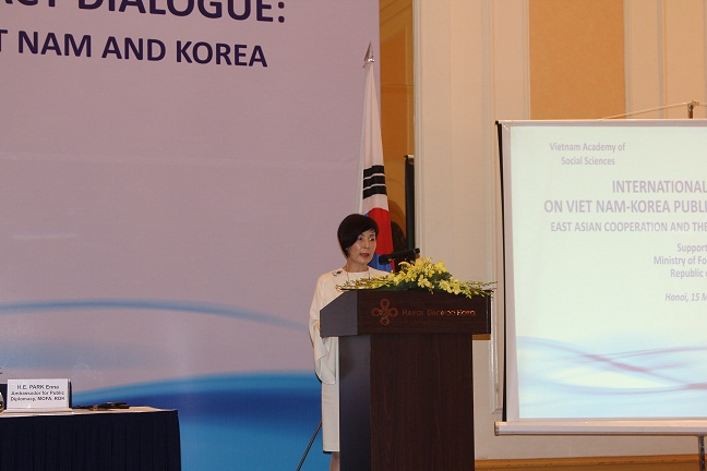 Mrs. Park Enna delivered a introductory speech at the conference