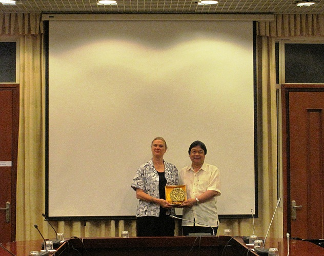 Assoc. Prof. Dr. Dang Nguyen Anh gave souvernir to <br> Dr. Mary Bryne McDonnell