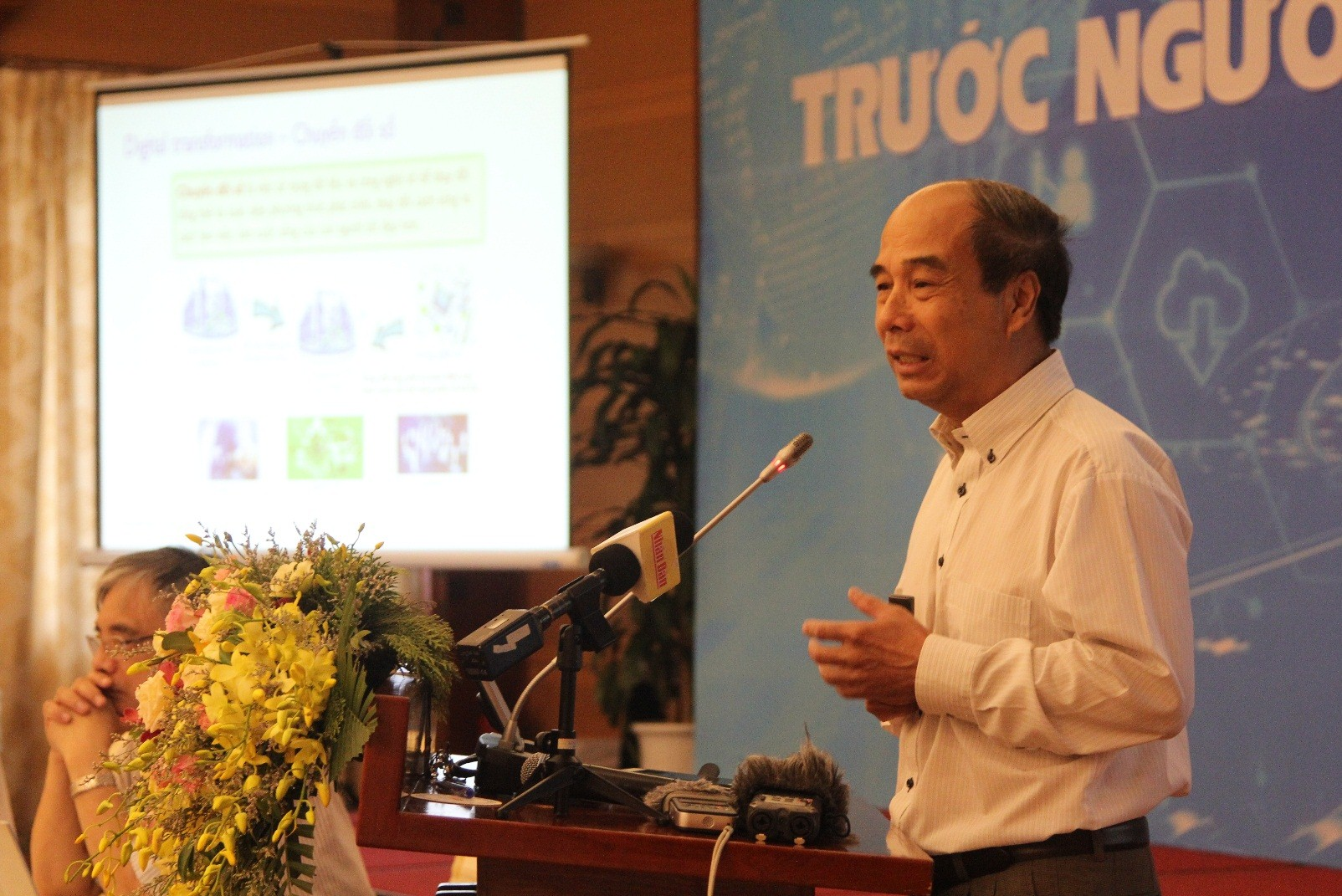 Prof. Ho Tu Bao presented the presentation at the Conference