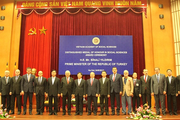 Prime Minister of the Republic of Turkey Binali Yıldırım together with senior delegation photographed with Board of Directors of Vietnam Academy of Social Sciences