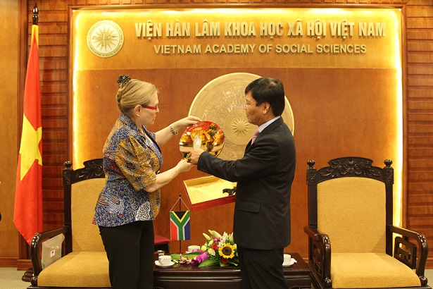 Prof. Dr.  Nguyen Quang Thuan presented a gift to Mrs. Hellen Zille