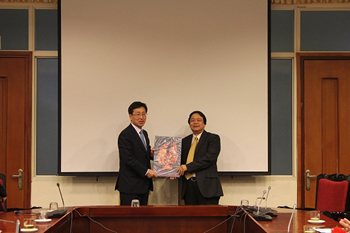 Assoc. Prof. Dr. Dang Nguyen Anh gave souvenir<br> to Mr. Suh Chung-ha